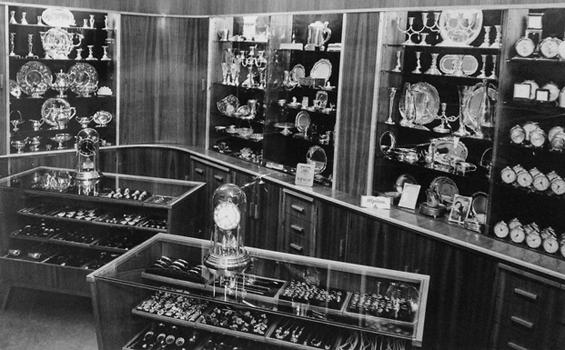 ... lähelle rautatieasemaa ja sen nimeksi tuli Aseman Kello. Perheyrityksen  ensimmäinen myymälä Helsingissä avattiin Asematunnelissa vuonna 1967. c1da8f7f69